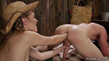 Сексуальный владелец ранчо анально фистит свою помощь в сарае
