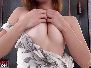 La playgirl Hawt con i tatuaggi gode di uno strumento in sovrappeso nel suo canale dellamore sessuale