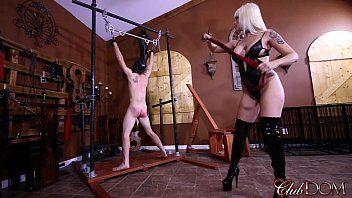 Клубная госпожа разрывает анус ее раба